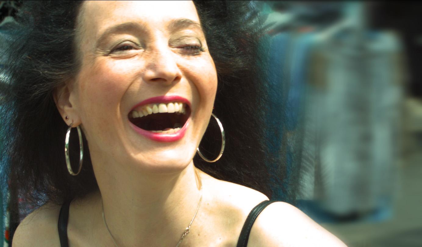 Simone lachend